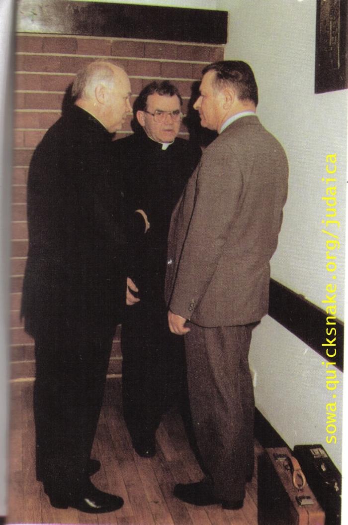 Ksiądz Witold, jak sama nazwa wskazuje: vitt und old/ biały i starykapłan